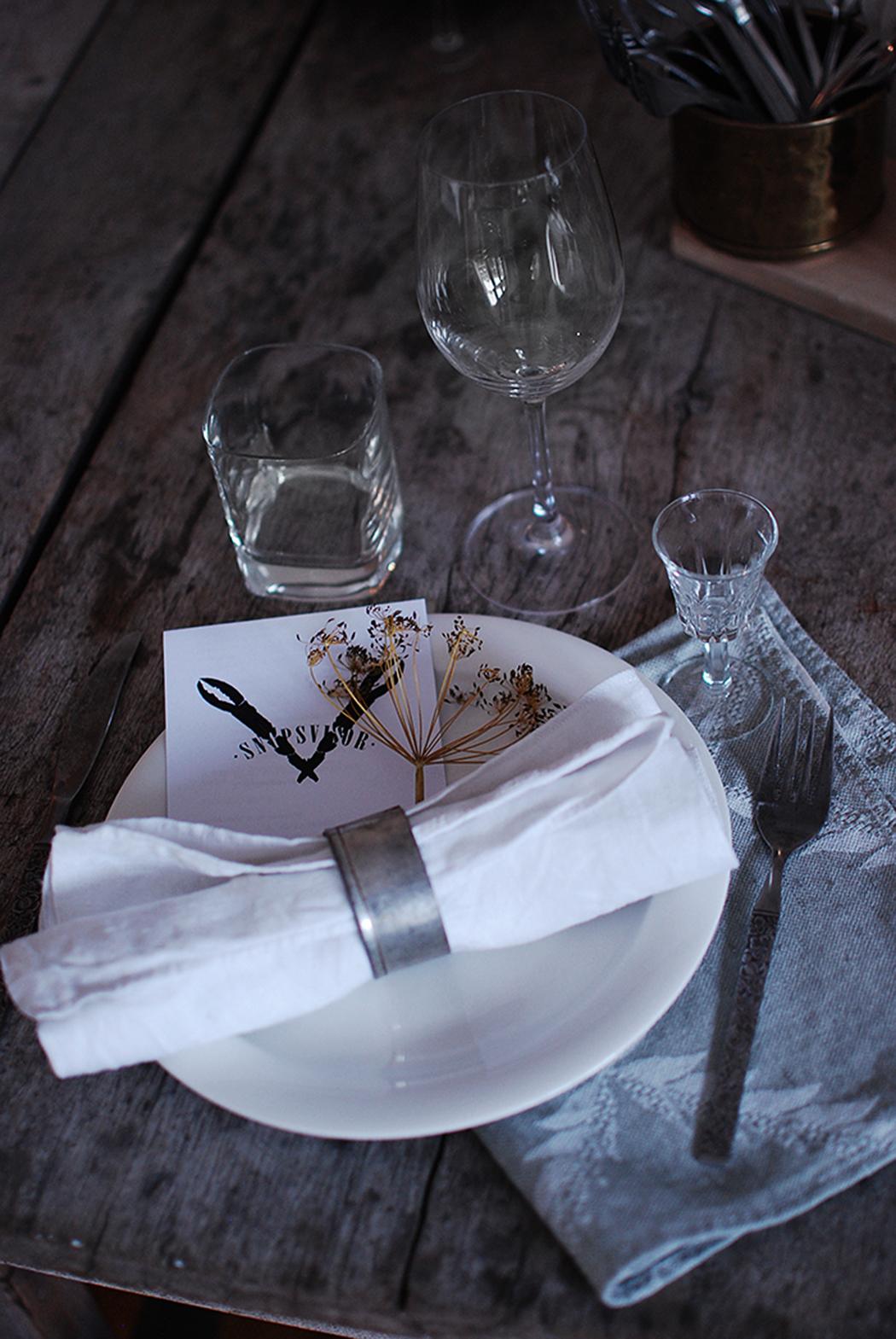 Krondill och tygservetter (köp på loppis eller gör egna av loppisfyndat tyg!)  är fint att dekorera dukningen med. d54d1512271f5