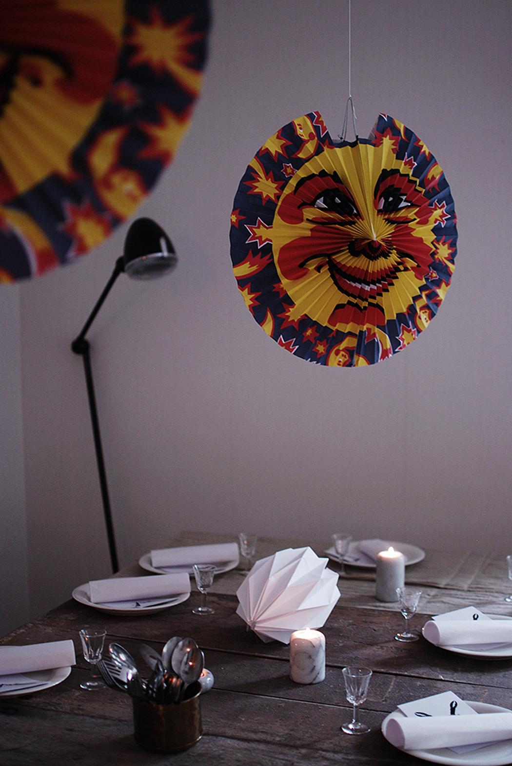 De traditionella kräftlyktorna ger en mysig stämning och ramar in bordet  fint. Spara och använd samma år efter år 0231f79a81522